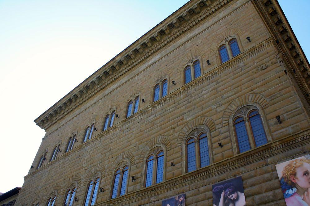 Facciata di Palazzo Strozzi a Firenze durante l'esposizione del Pontormo