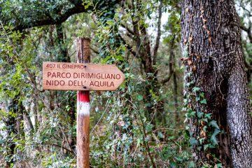 Segnali per il Nido dell'Aquila nel Parco di Rimigliano, parco costiero in Toscana a San Vincenzo