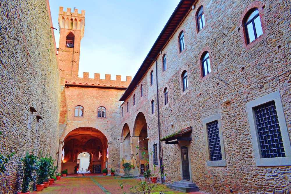 Il retro del Palazzo dei Vicari nel borgo toscano di Scarperia vicino Firenze