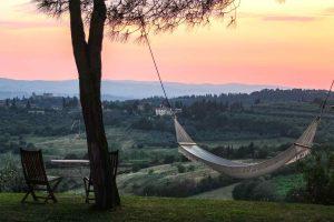 Panorama toscano al tramonto sulle colline vicino a Poggibonsi in Val d'Elsa
