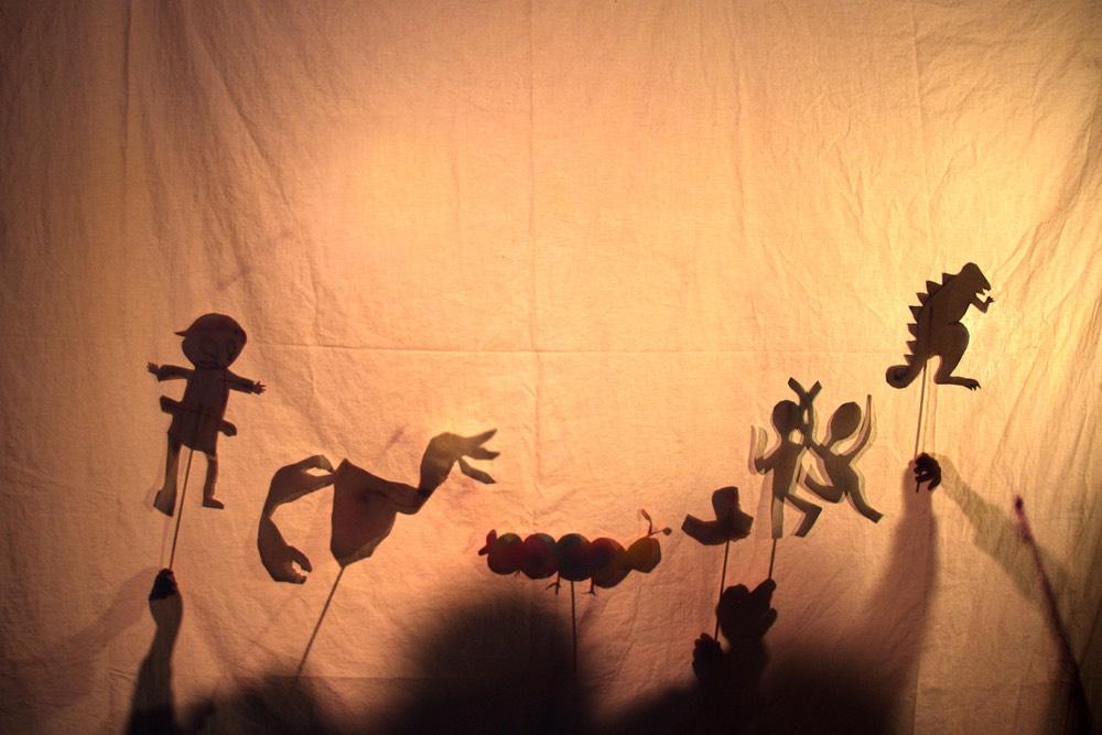 Marionette dietro un telo bianco, concetto di storie avvincenti