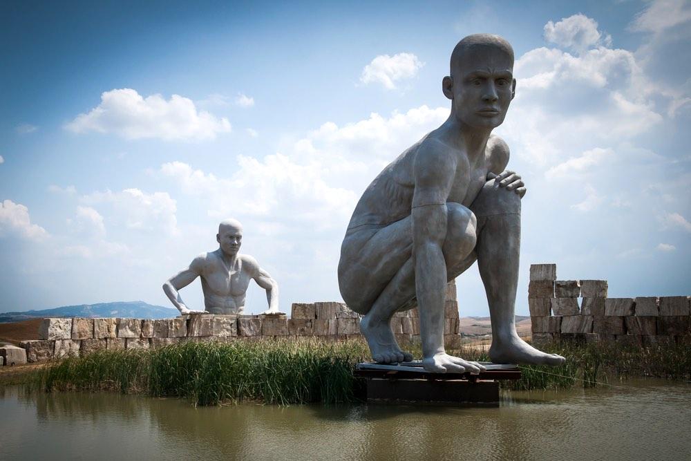 Gigantesche statue di due uomini nel Teatro del Silenzio a Lajatico in Valdera, Toscana