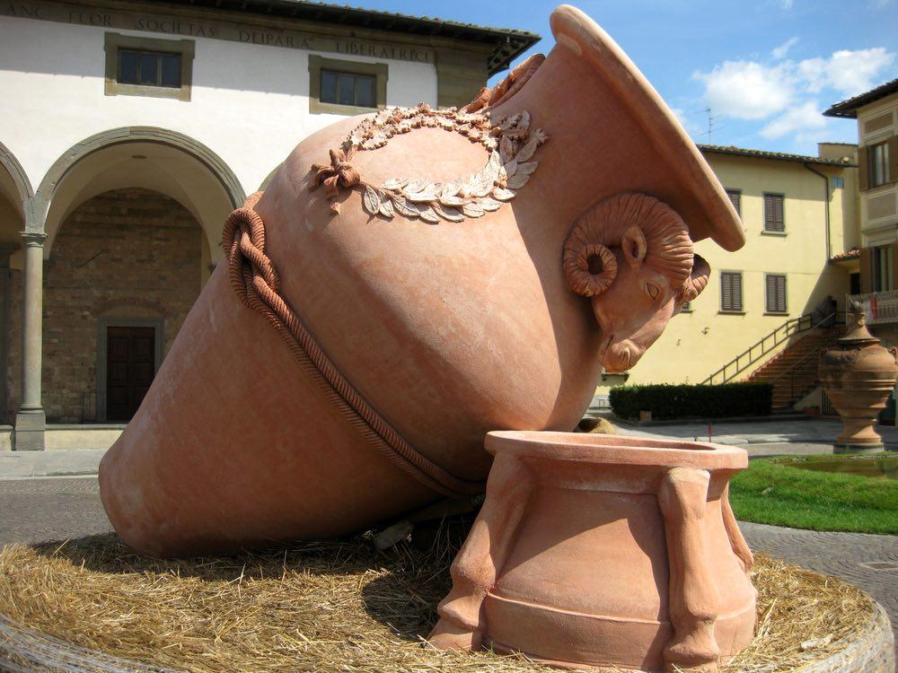 Orcio di terracotta nel borgo di Impruneta