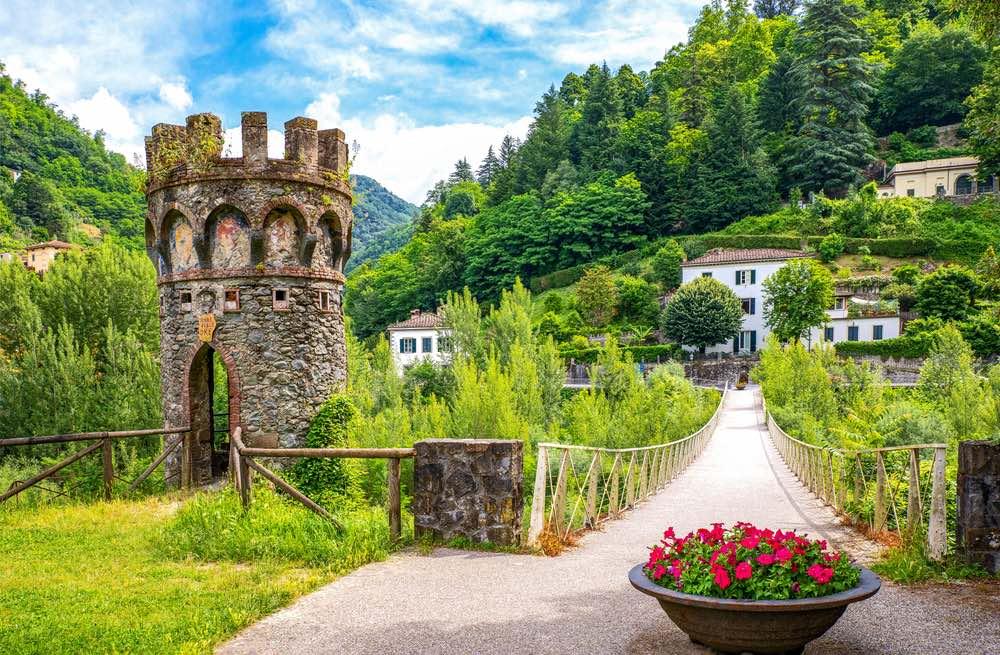 Torre medievale nel parco di Villa Demidoff a Bagni di Lucca in Garfagnana