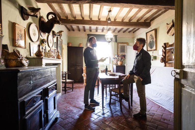 Cliente parla con agente immobiliare Toscana One in un casale in vendita a Riparbella