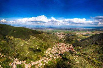Vista aerea del borgo di Buti e della Valdera in Toscana
