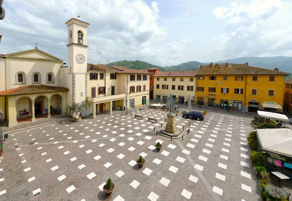 Piazza Giotto nel centro di Vicchio borgo toscano in Mugello
