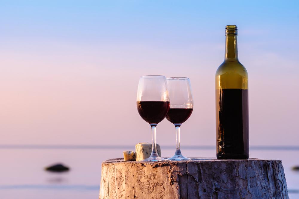Bottiglia di vino rosso con vista mare