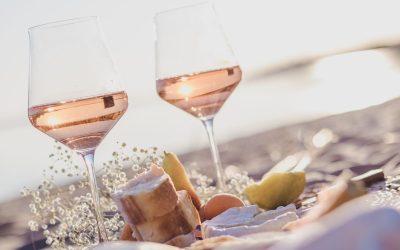 Bicchieri di vino rosato sulla spiaggia per pic nic