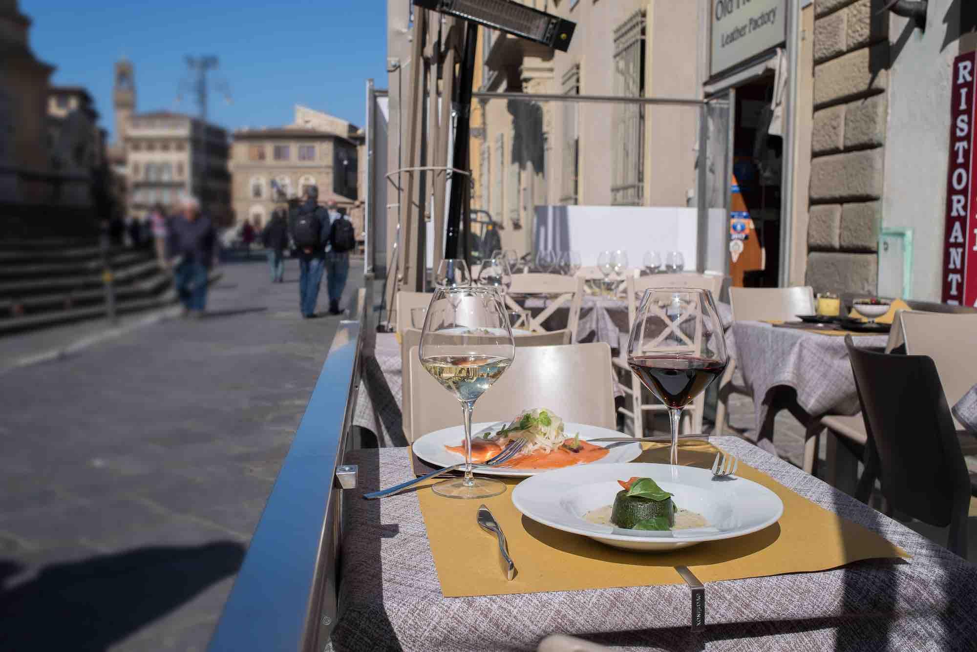 Tavoli esterni della Bisteccheria Santa Croce, ristorante a Firenze