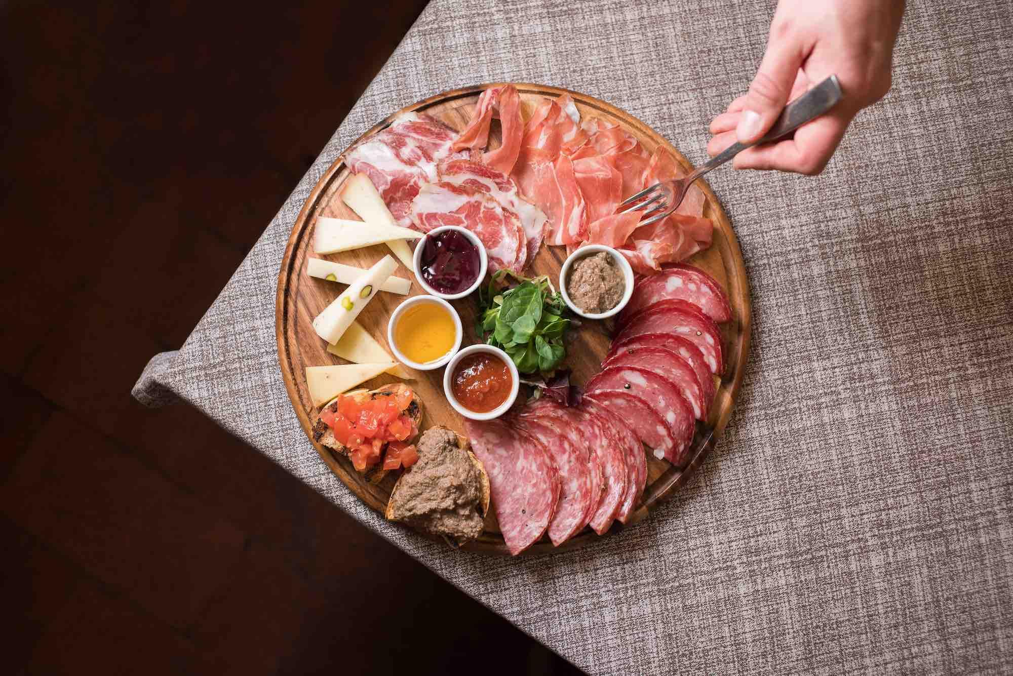 Tagliere di salumi e formaggi alla Bisteccheria Santa Croce, ristorante a Firenze
