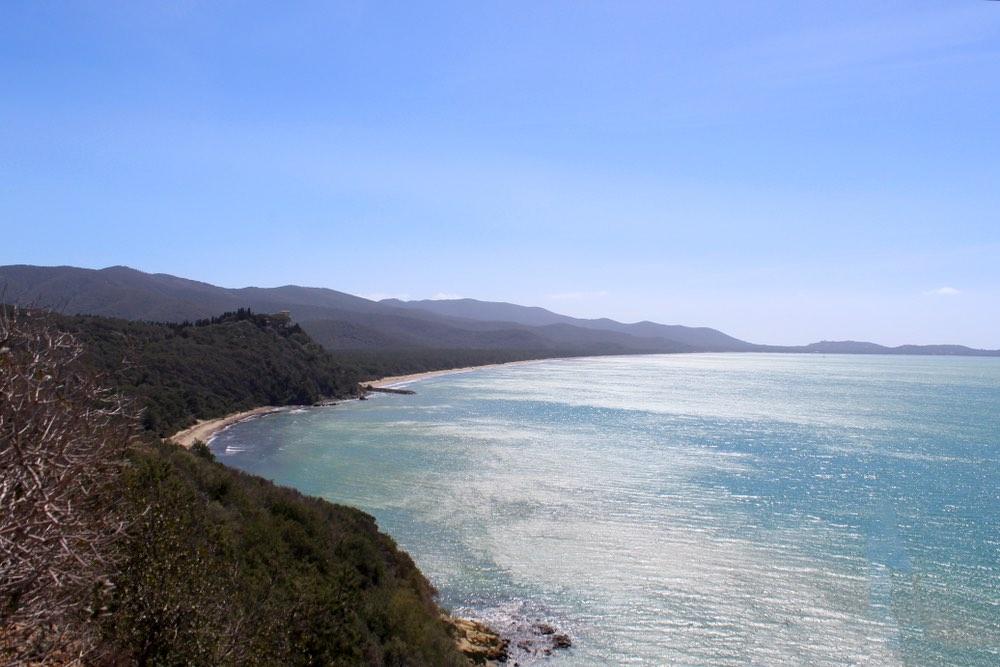 Cala Civette, sulla costa maremmana, è uno dei luoghi più belli per trovare il mare bello in Toscana