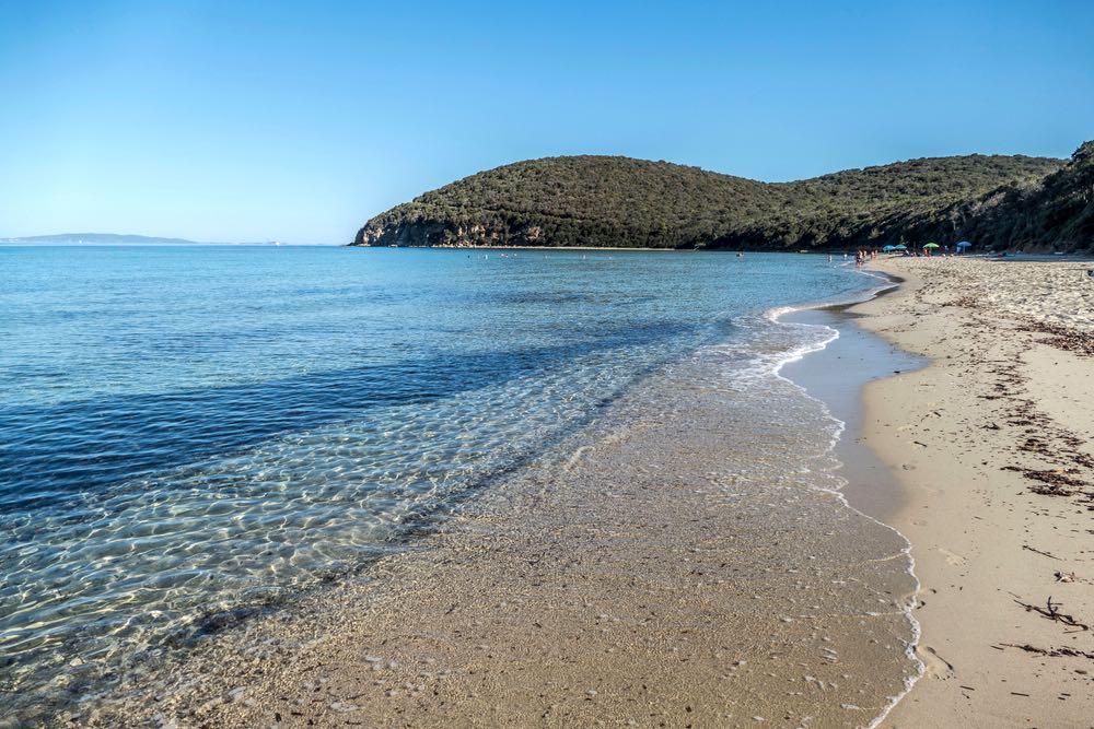 Cala Violina, sulla costa maremmana, è una delle più belle spiagge della Toscana