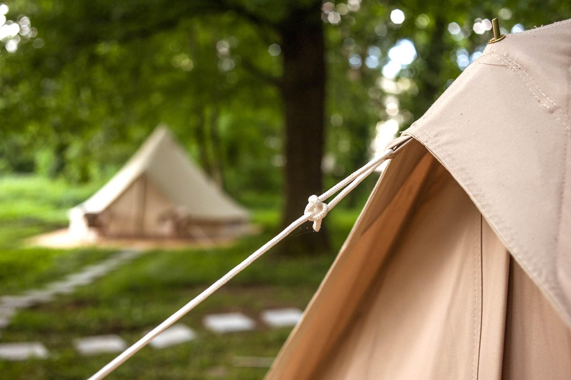 Dettaglio di una tenda in un campeggio al mare in Toscana