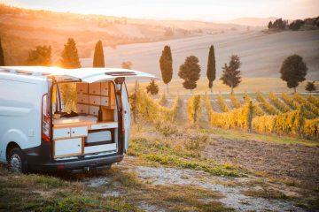 Un camper in Toscana nel terriitorio della Val d'Orcia al tramonto
