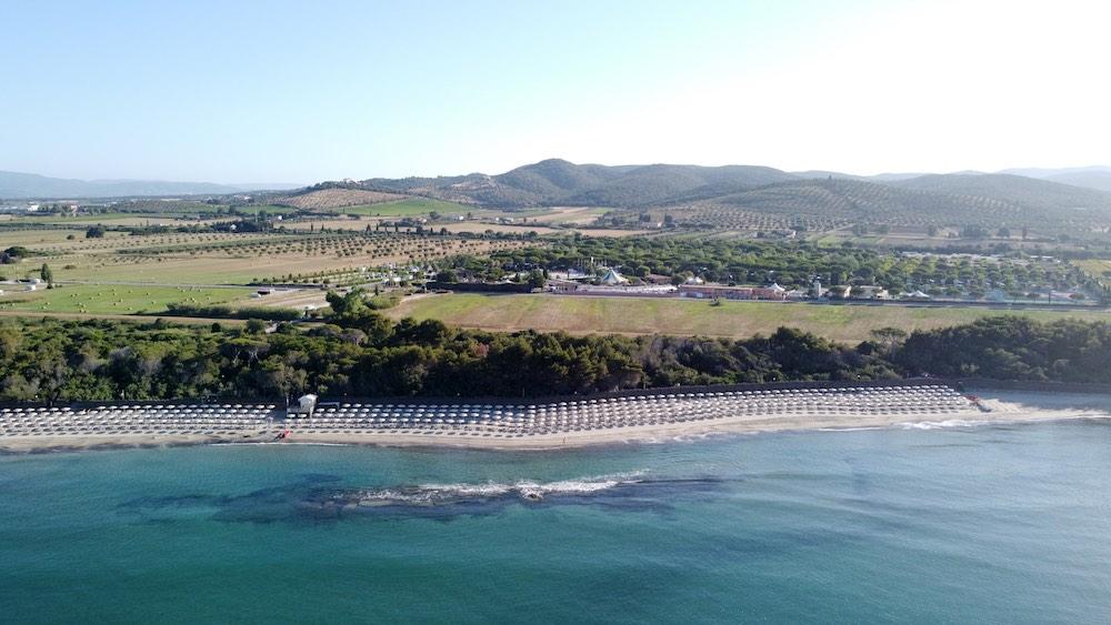 Il Camping Village Pappasole visto dall'alto, con la spiaggia di Torre Mozza in Toscana