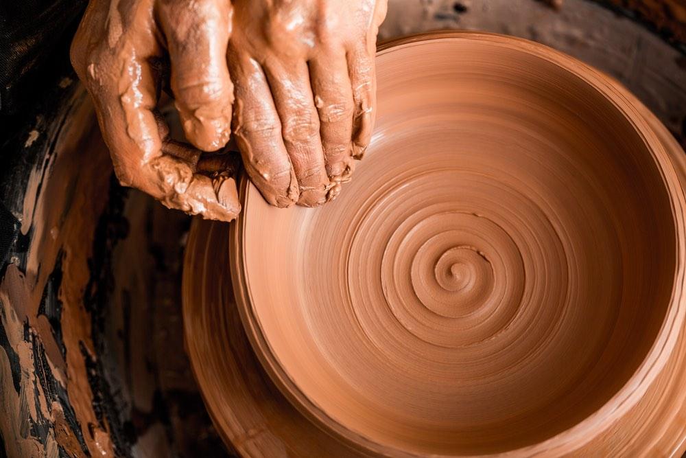 Artigiano lavora ceramica toscana vicino Pisa