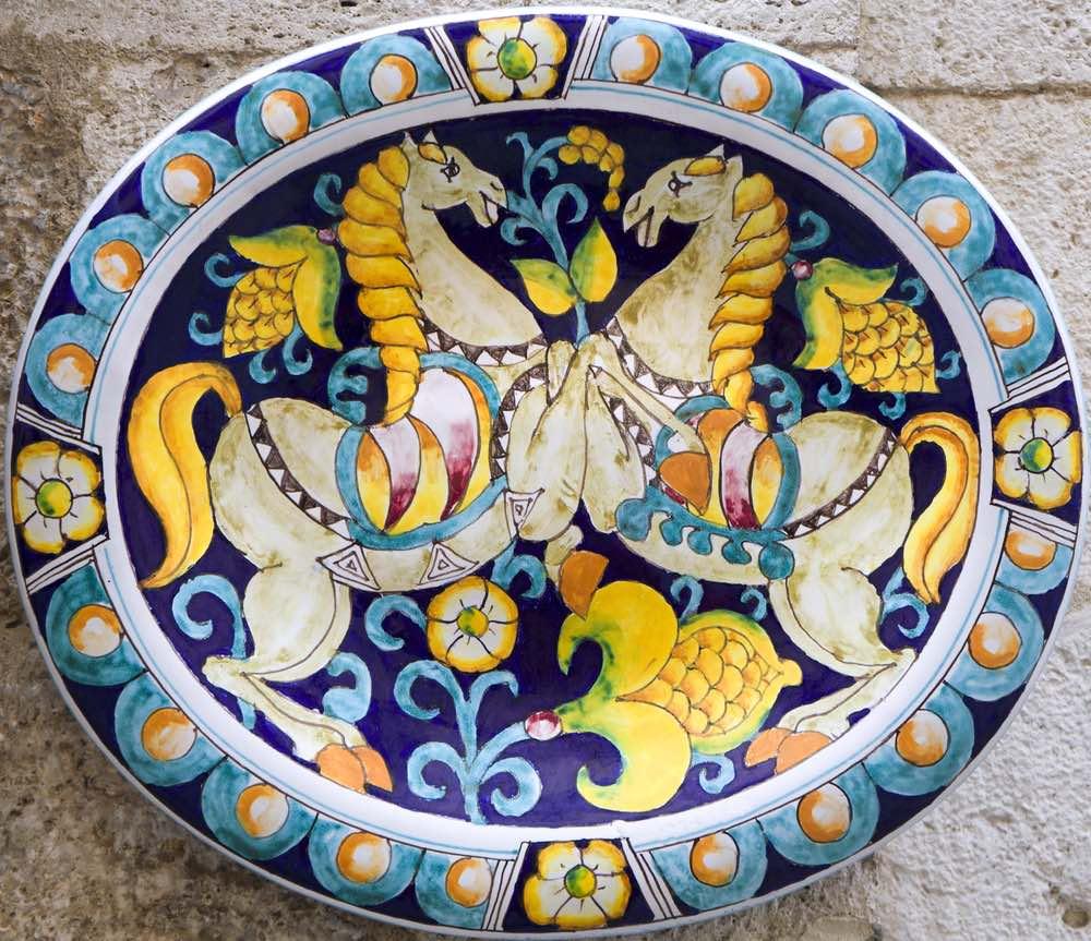 Ceramica decorata con tema equestre a Siena