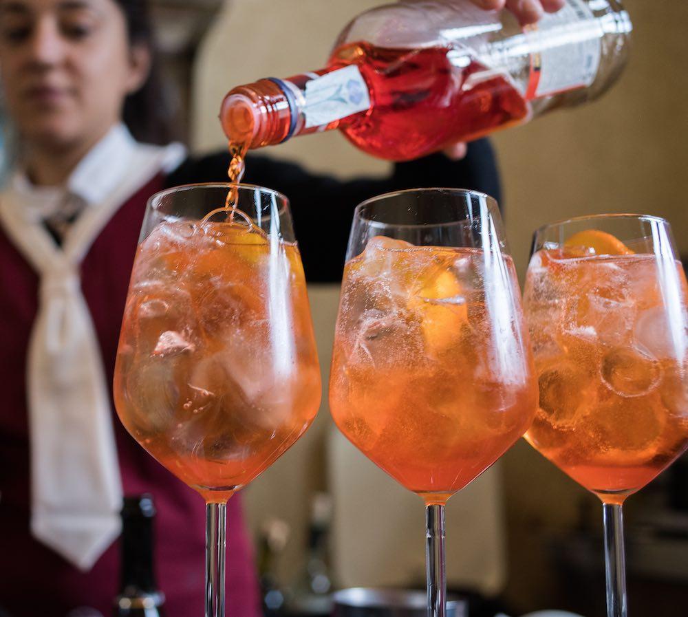 Preparazione di Spritz per l'aperitivo al ristorante La Bistecca Osteria Fiorentina in Piazza della Repubblica