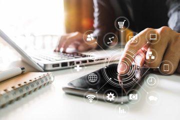 Concetto di digital advertising, business woman e dispositivi digitali