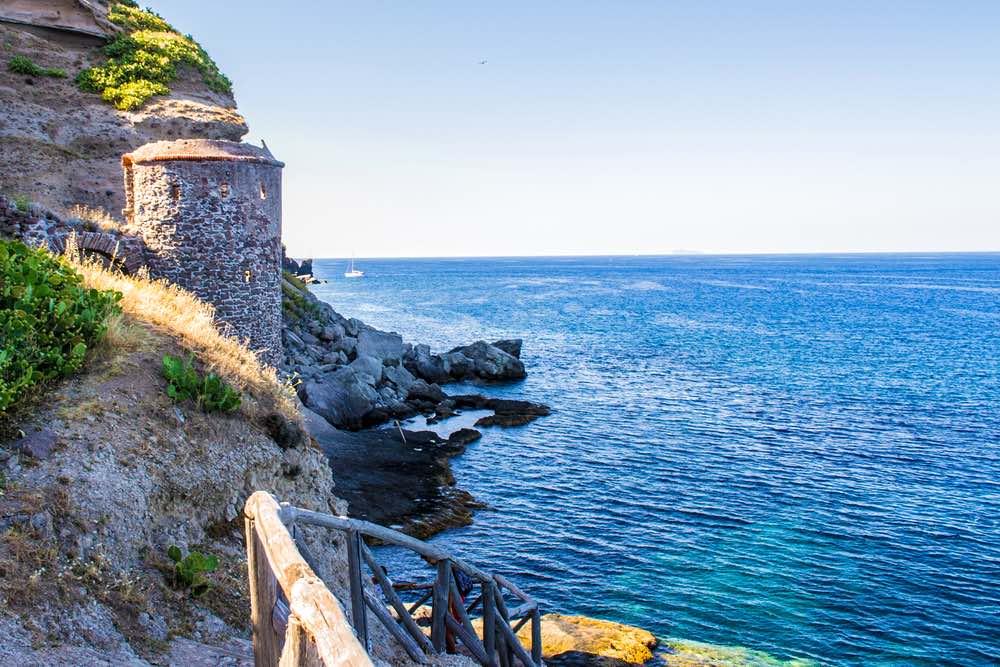 Trato di costa con antica torre sull'Isola di Capraia nell'Arcipelago toscano