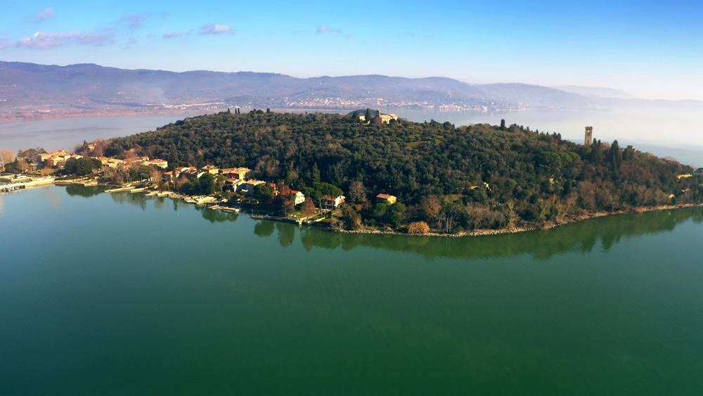 Ripresa aerea dell'Isola Maggiore nel Lago Trasimeno
