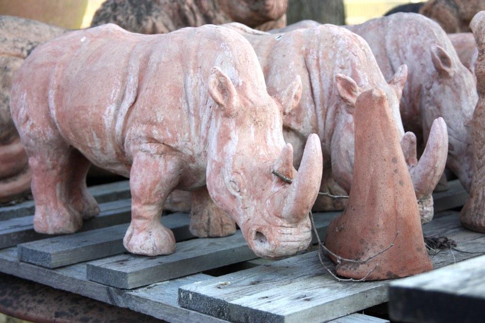 Statua di terracotta a forma di rinoceronti in un laboratorio di ceramica i Toscana