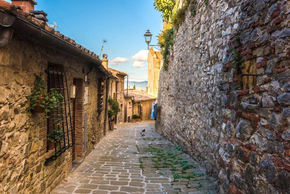 Viuzze tipiche nel cuore del borgo di Lucignano in Toscana