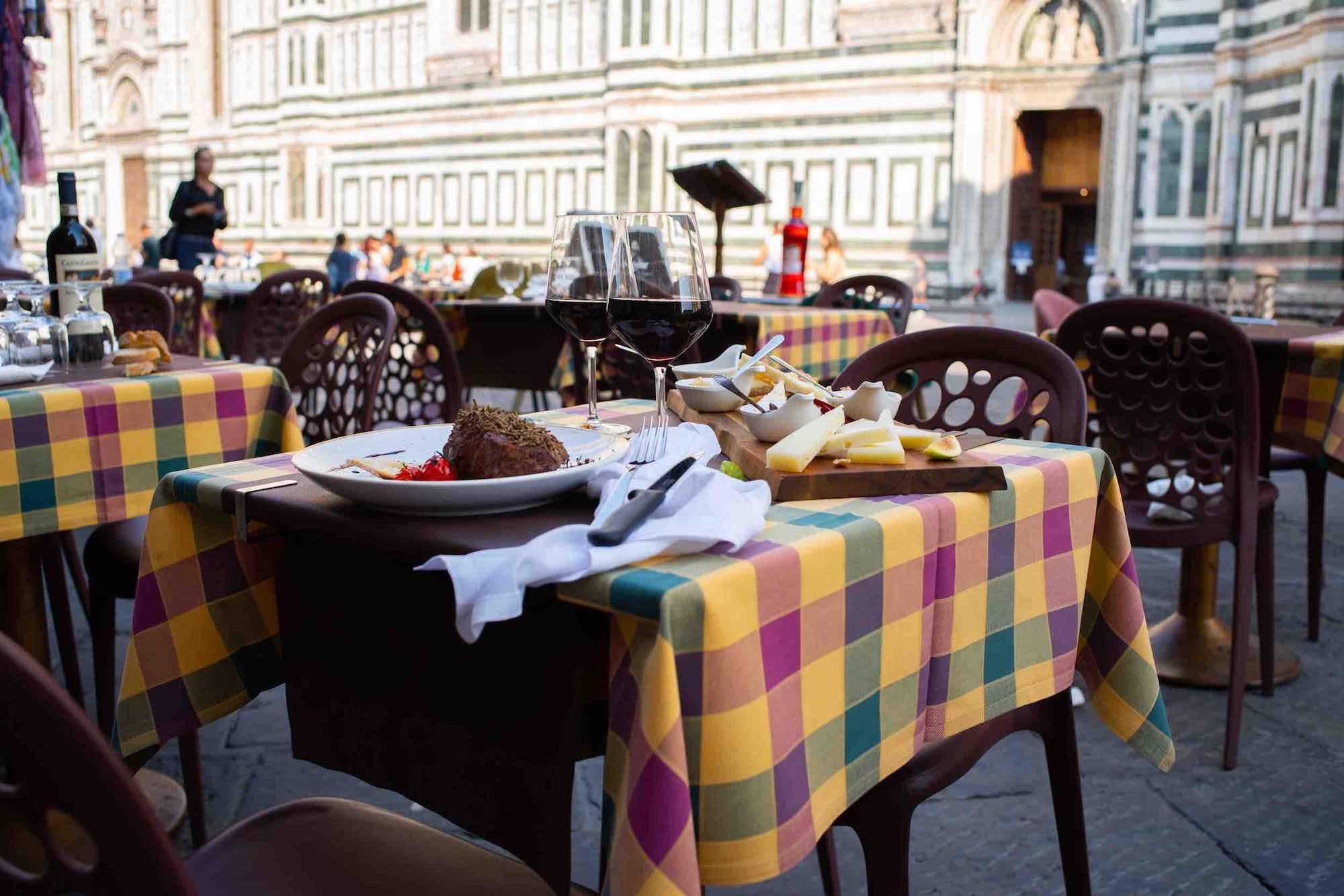 Tavoli esterni dell'Osteria del Fiore, ristorante in Duomo a Firenze