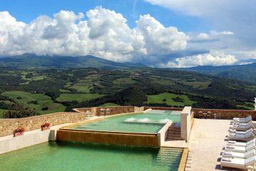 La piscina di un bellissimo resort per una vacanza relax in Toscana