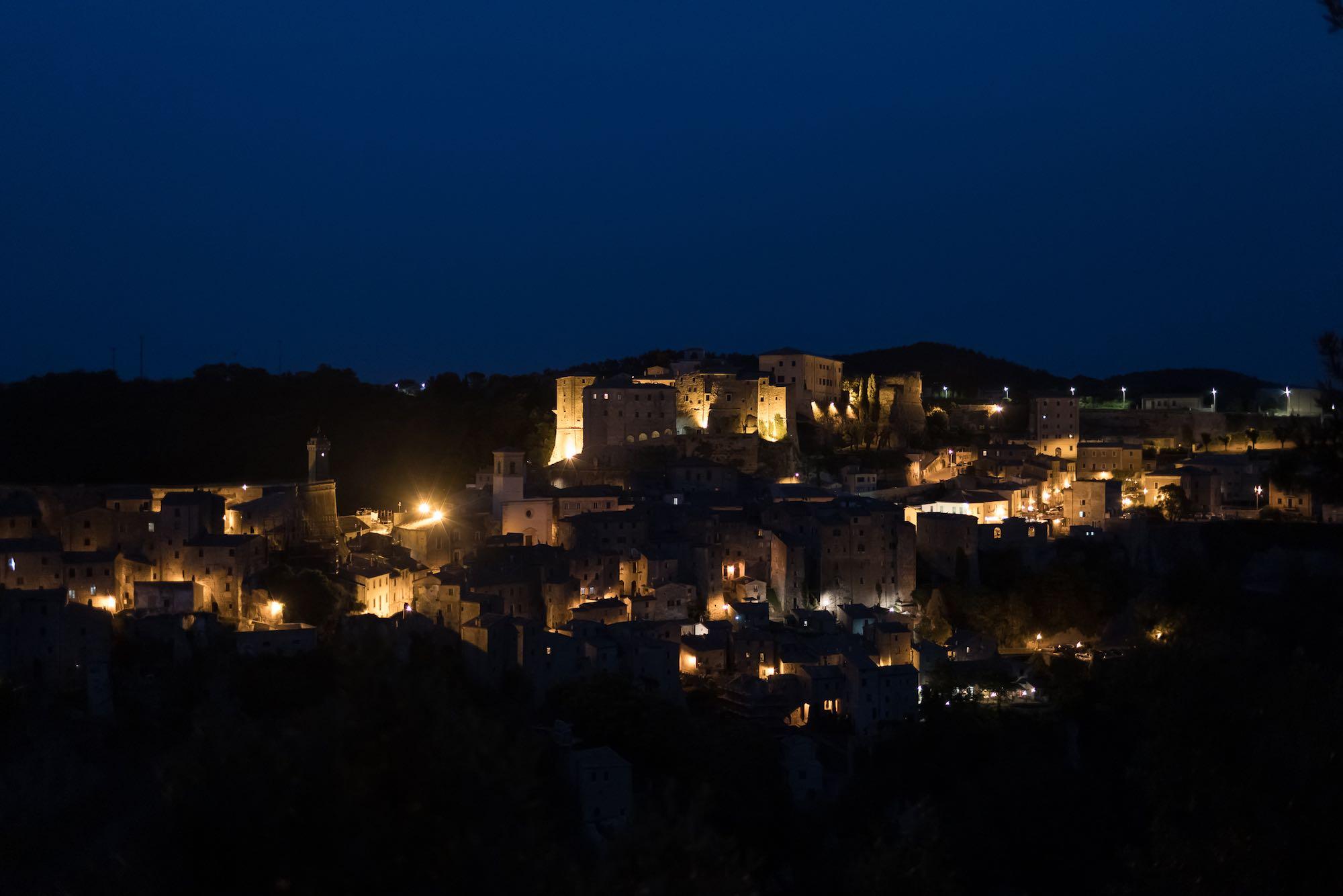 Vista panoramica del borgo di Sorano di notte