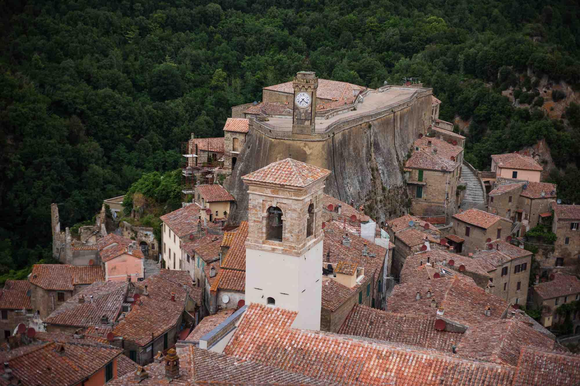 Tetti di Sorano e Fortezza Orsini ripresi dall'Hotell della Fortezza