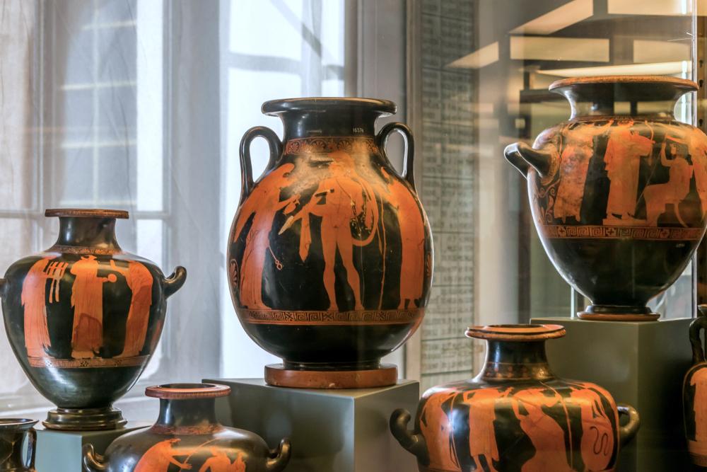 Antichi vasi etruschi in un'esposizione in Vaticano