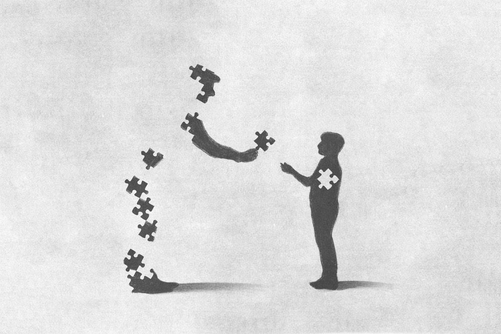 Uomo dona un pezzetto del suo puzzle a un bambino