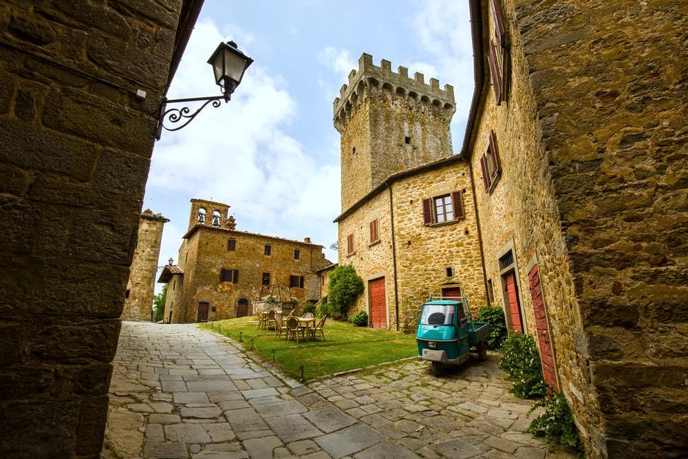 Interno del castello di Gargonza, borgo fortificato in Toscana tra Arezzo e Siena