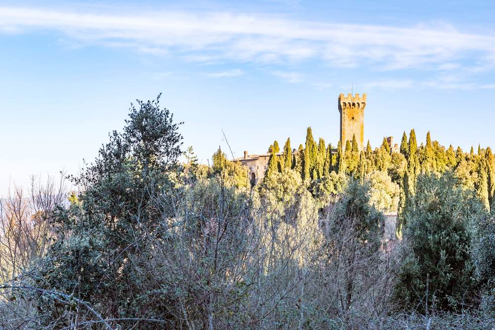 Veduta con la neve del castello di Gargonza, borgo fortificato in Toscana tra Arezzo e Siena