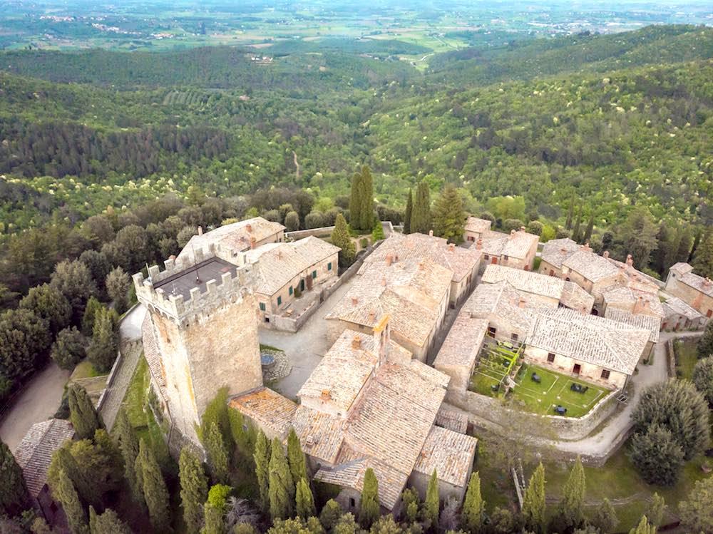 Veduta aerea del castello di Gargonza, borgo fortificato in Toscana tra Arezzo e Siena