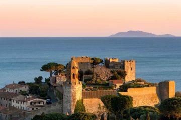 Castiglione della Pescaia al tramonto con l'Isola d'Elba in lontananza