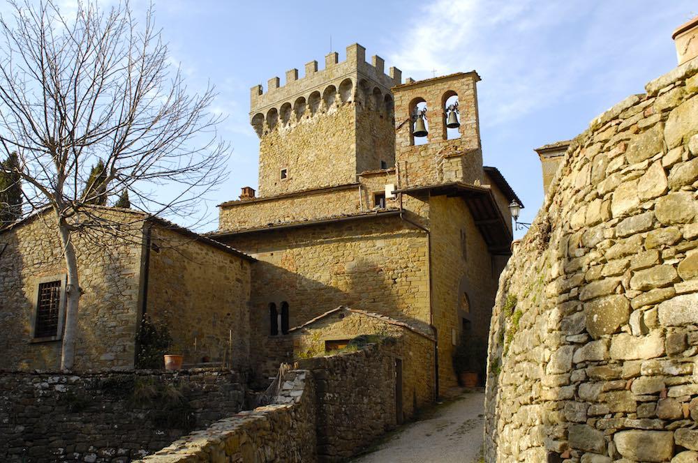 Veduta interna del castello di Gargonza, borgo fortificato in Toscana tra Arezzo e Siena
