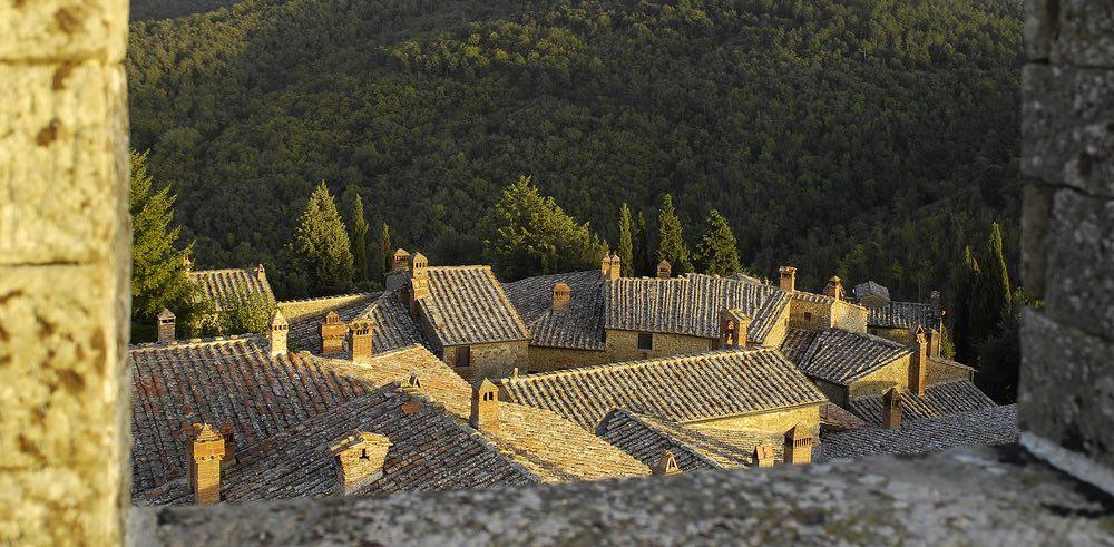 Tetti del borgo fortificato di Gargonza, in Toscana, tra Arezzo e Siena