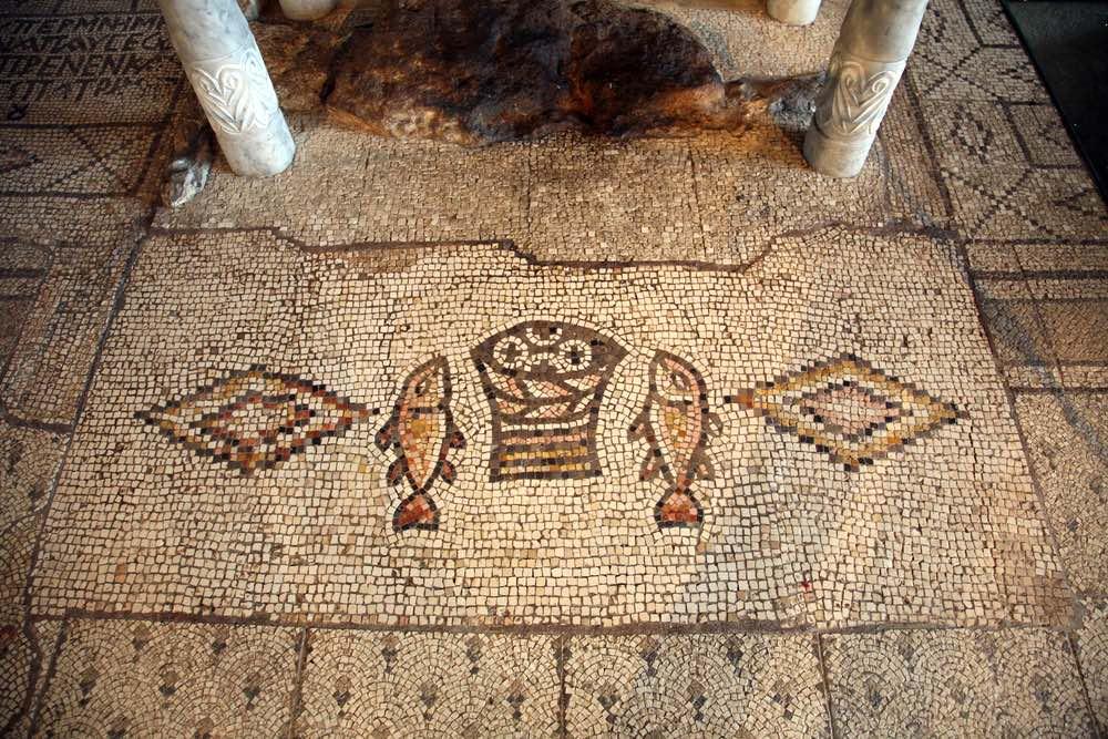 Mosaico in un'antica chiesa in Palestina raffigurante la moltiplicazione dei pani e dei pesci