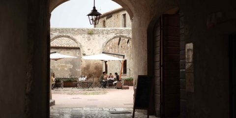Tavoli all'aperto in Piazza Cairoli del ristorante dell'Hotel La Fortezza a Sorano