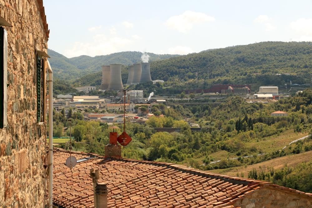 La più antica centrale geotermica del mondo, a Larderello, in Toscana