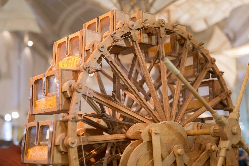 Riproduzione della Macchina del Tempo disegnata da Leonardo da Vinci