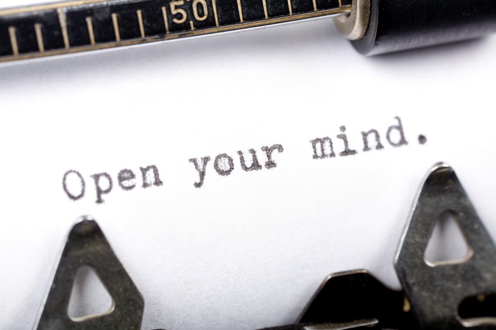 Open your mind scritto a macchina su foglio bianco