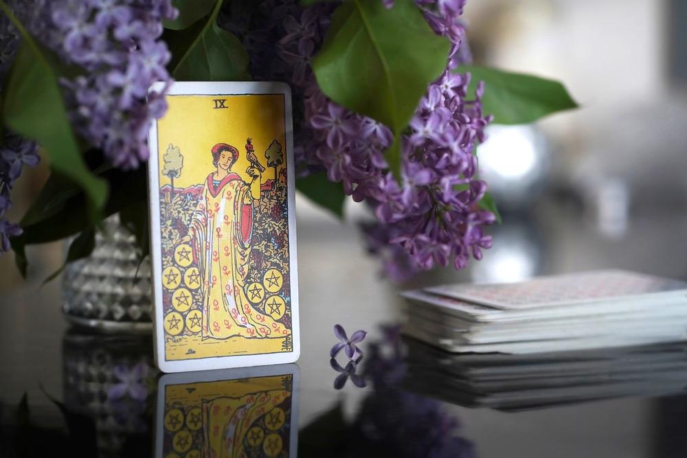 Il nove nei tarocchi rappresentato dalla regina dei pentacoli