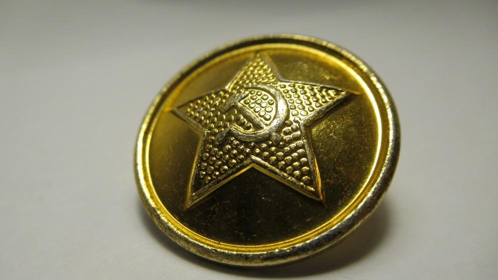La stella a 5 punte e il simbolo della Falce e Martello in epoca sovietica su bottone dorato