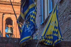 Bandiere di contrade a Torrita di Siena