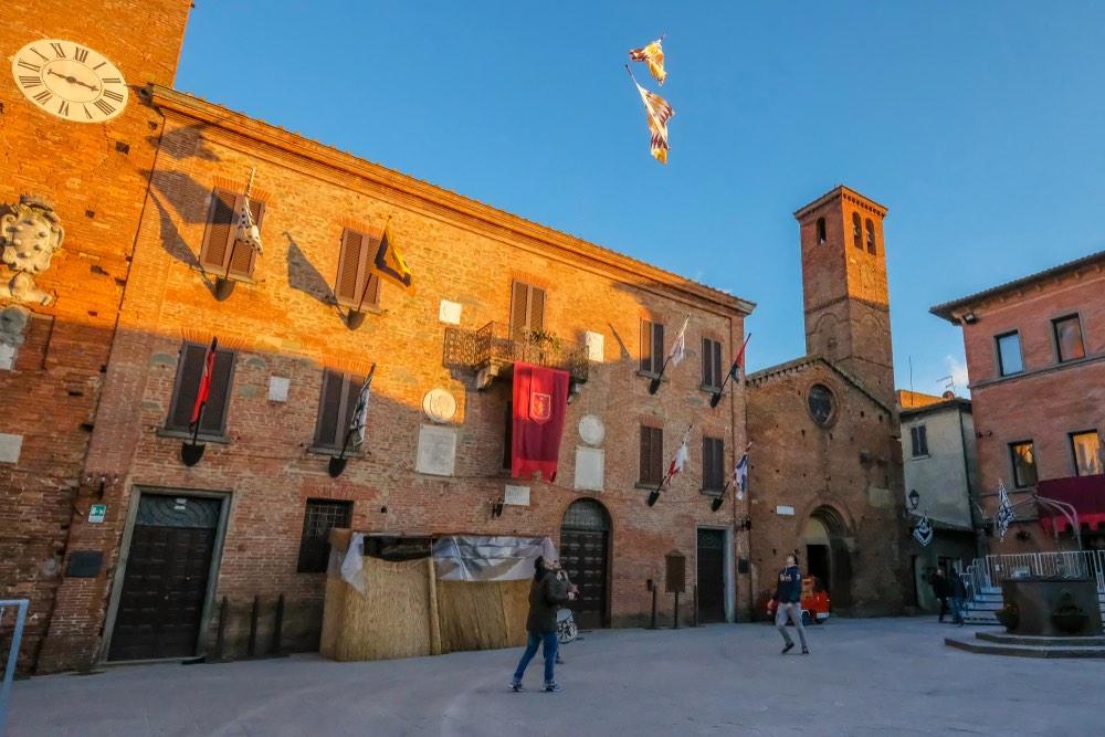 Sbandieratori in piazza a Torrita di Siena per il Palio dei Somari