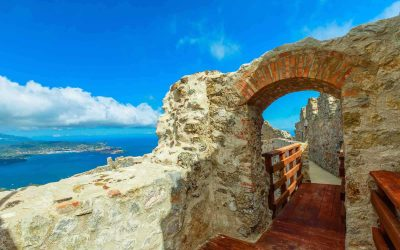 Il Castello del Volterraio all'Isola d'Elba con vista sul mare